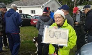 Ingrid Hamrell Mårtensson visar upp ett tidningsklipp med texter om vamlingarnas framgångar.