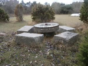 De vackra stenbänkarna och bordet - som är en gammal kvarnsten.  Tyvärr har någon/några grillat på bordet...