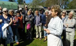 Ing-Marie Tellström berättar om Bottarvegården för nyfikna Kosterbor.
